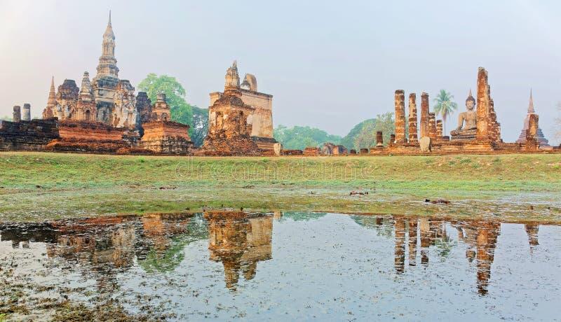 Красивый пейзаж виска Wat Mahathat в парке Sukhothai историческом, Таиланде, с взглядом усаженной статуи Будды стоковые фотографии rf