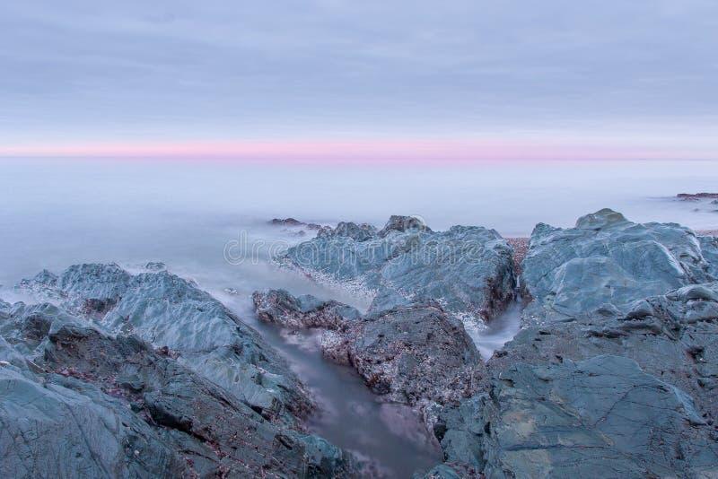 Красивый пейзаж волны брызгая на восходе солнца стоковые изображения rf