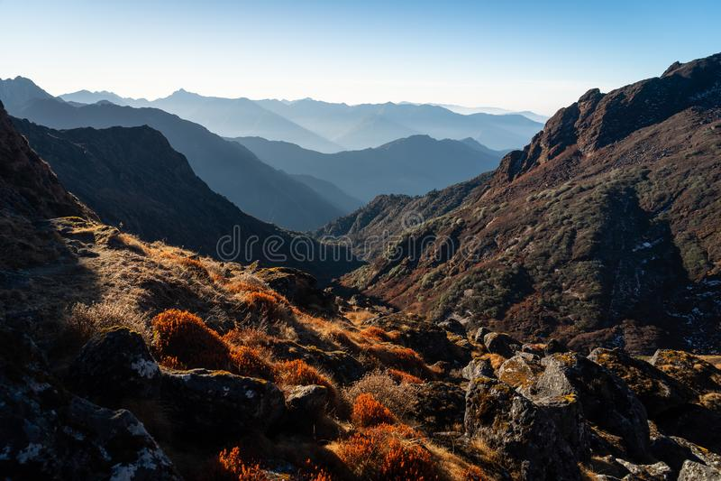 Красивый пейзаж горной цепи Гималаев в sunri утра стоковое изображение rf