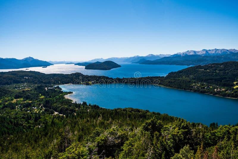 Красивый пейзаж гор Анд и красочных озер в Патагонии стоковая фотография