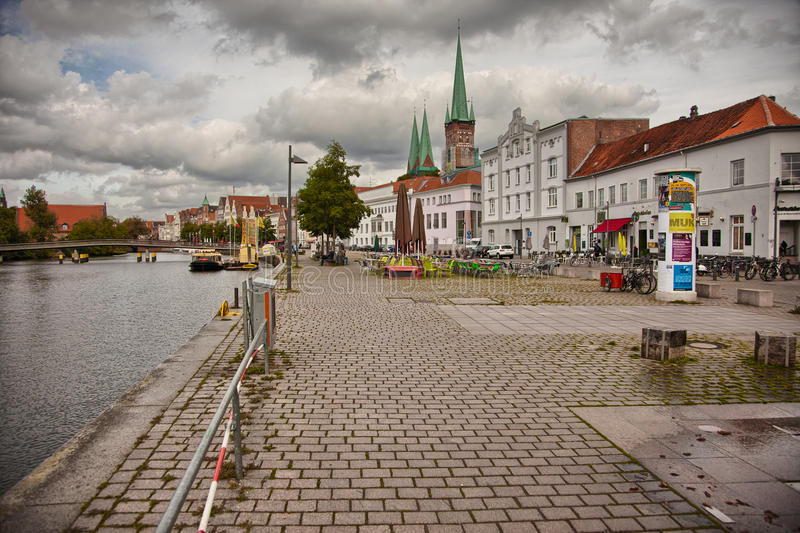 Красивый пейзаж и водные пути в Любеке, Германия стоковая фотография