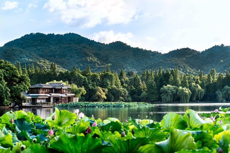 Красивый пейзаж ландшафта озера и павильона Xihu западных в Ханчжоу КИТАЕ стоковое изображение