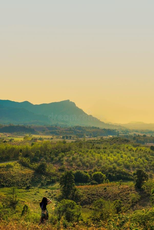 Красивый пейзаж на высоких горах стоковое фото