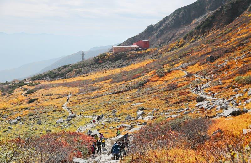 Красивый пейзаж осени Senjojiki Cirque с тропой горными склонами стоковая фотография