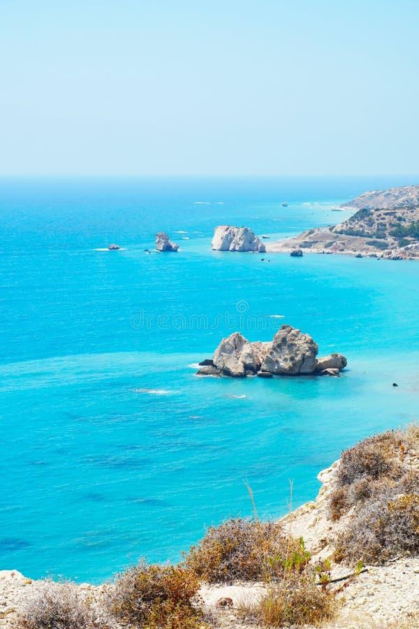 Красивый пейзаж с голубым ясным небом и белыми скалами на береге Средиземного моря стоковые фотографии rf