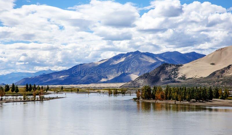 Download Красивый пейзаж тибетского плато Стоковое Изображение - изображение насчитывающей природа, перемещение: 41662391