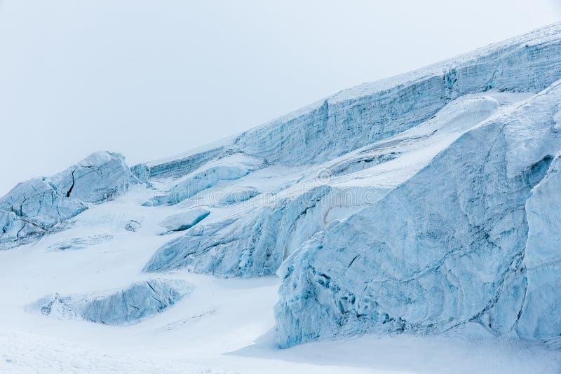 Красивый пейзаж ясных белых снежных гор и холмов стоковое фото rf