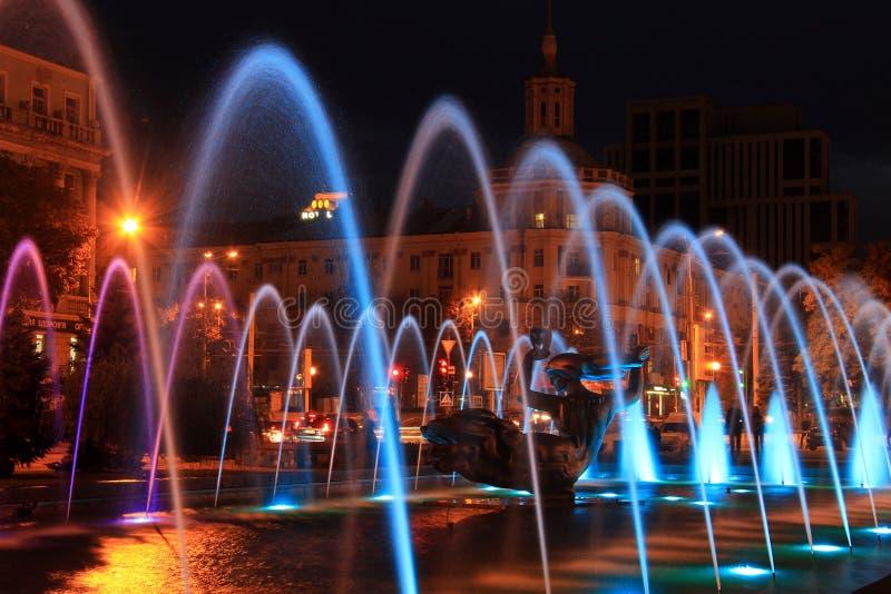 Красивый пестротканый фонтан в городе Днепр на ноче & x28; Dnepropetrovsk& x29; , Украина, стоковое изображение rf