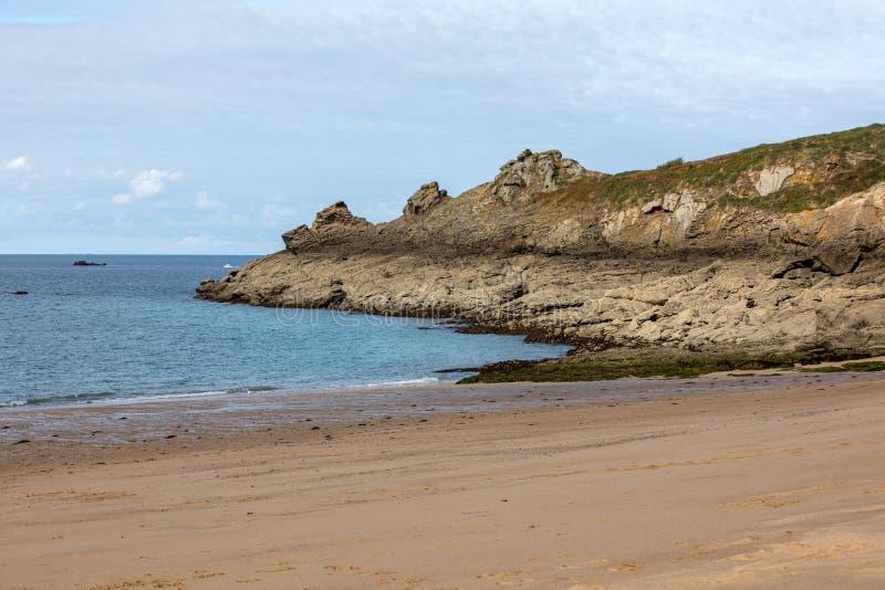 Красивый песчаный пляж на изумрудном побережье между Святым Malo и Cancale brittani стоковые изображения rf