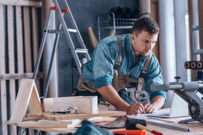 Красивый плотник работая в мастерской стоковое фото rf