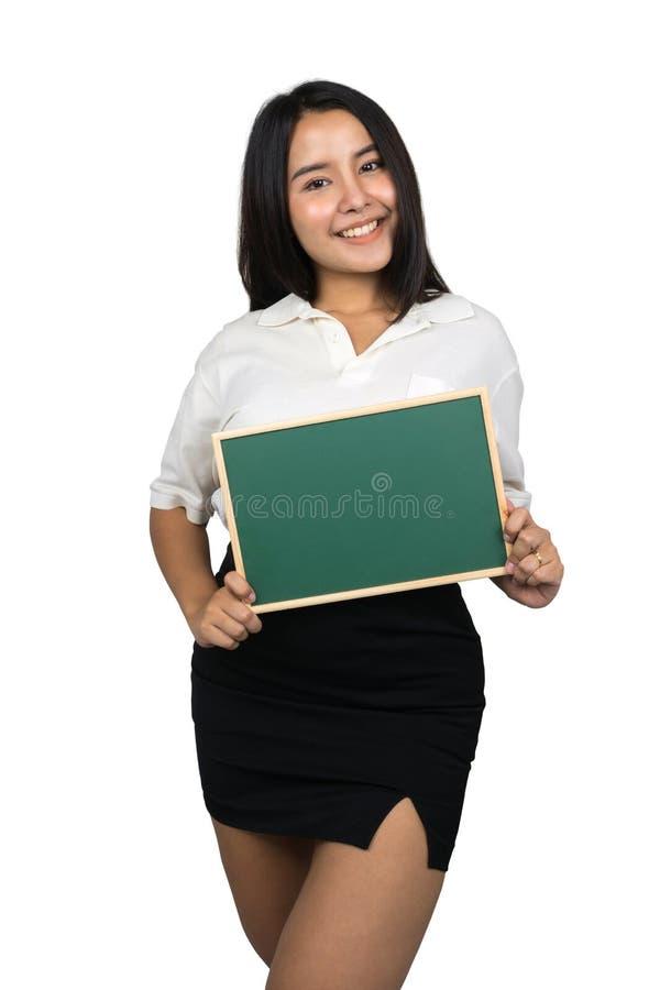 Красивый плюс женщина размера азиатская держа пустую зеленую доску стоковые изображения rf