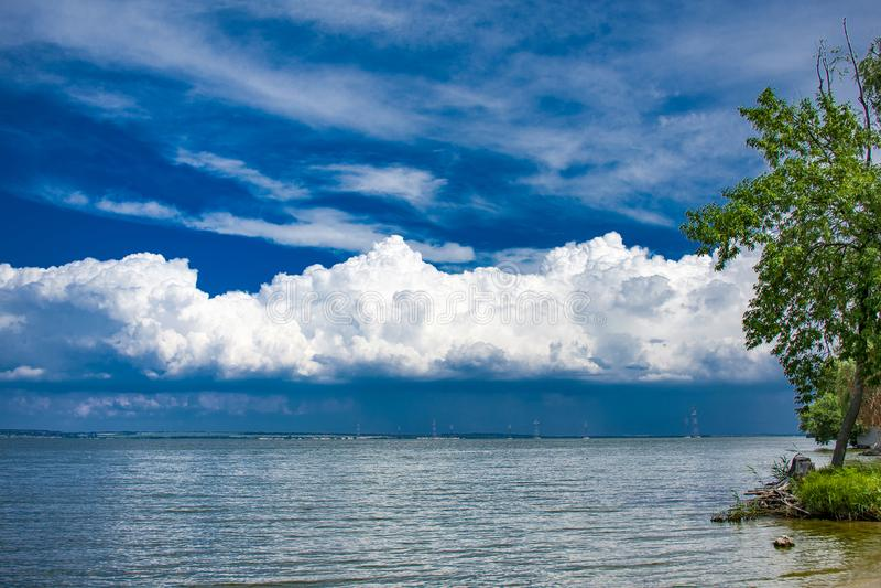 Красивый пляж на предпосылке необыкновенного облачного неба стоковые изображения