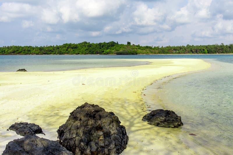 Красивый пляж с белым песком взгляда ландшафта природы стоковая фотография