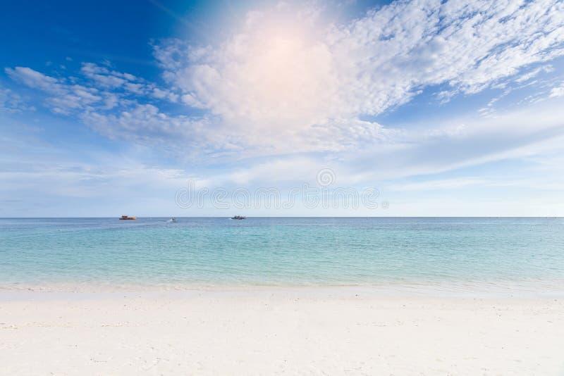 Красивый пляж с белым песком и пасмурная предпосылка голубого неба стоковое фото rf