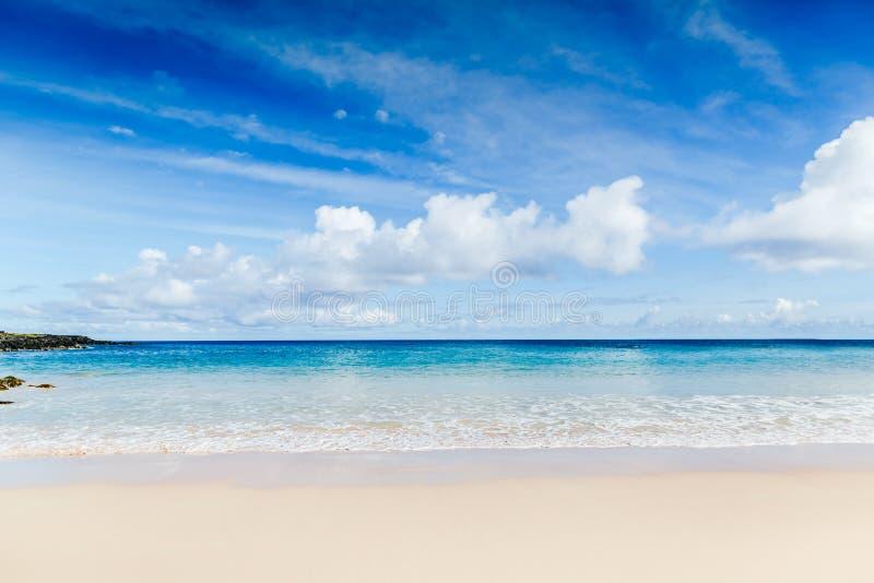 Красивый пляж с белым песком, тропическое море Взгляд лета природы стоковая фотография rf