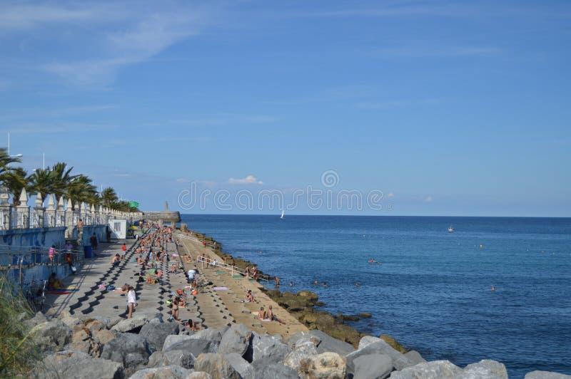 Красивый пляж цемента с местом на открытой трибуне на прогулке в Castrourdiales 27-ое августа 2013 Castrourdiales, Кантабрия, Исп стоковые фотографии rf
