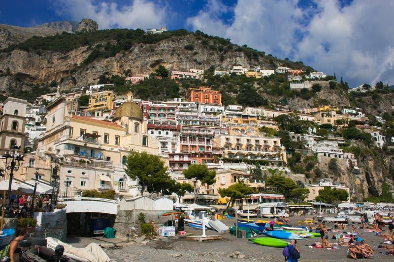 Красивый пляж Positano в сезоне лета в кампании стоковое фото