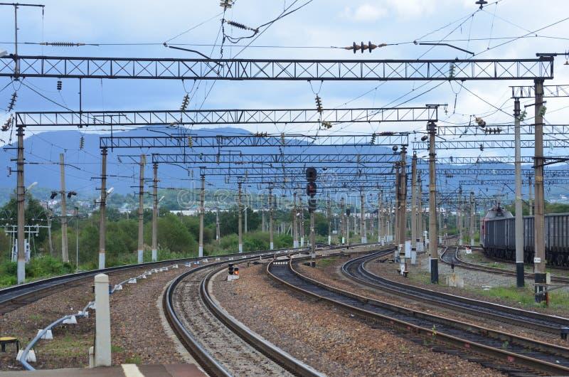 Красивый поворот железной дороги, день фото, лето стоковые фотографии rf