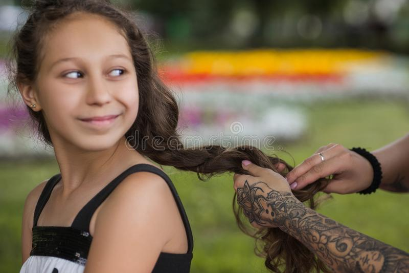 Красивый подростковый стиль причёсок Современная жизнь молодости стоковые изображения
