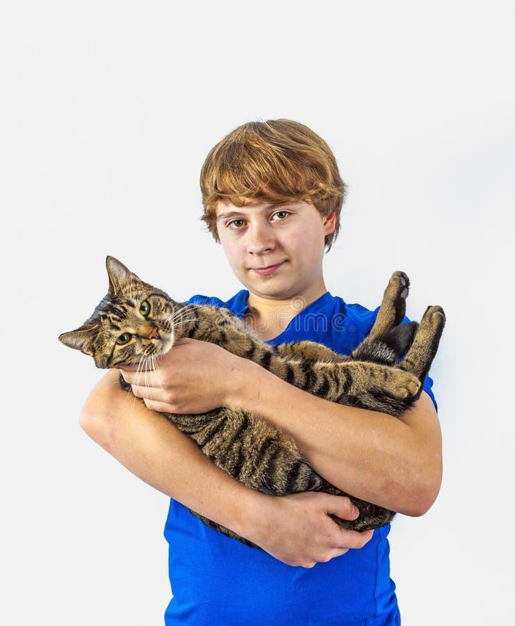 Красивый подросток с его котом стоковая фотография rf