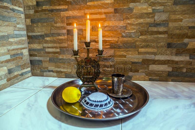 Красивый подсвечник с горящими свечами стоковые фото