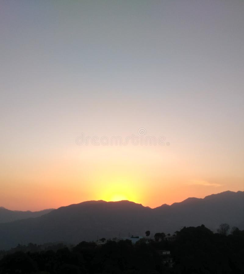Красивый подъем солнца в утро в горах стоковая фотография