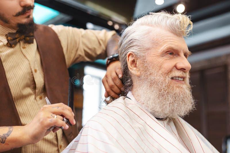 Красивый пожилой мужск человек выражая позитивность стоковое фото rf