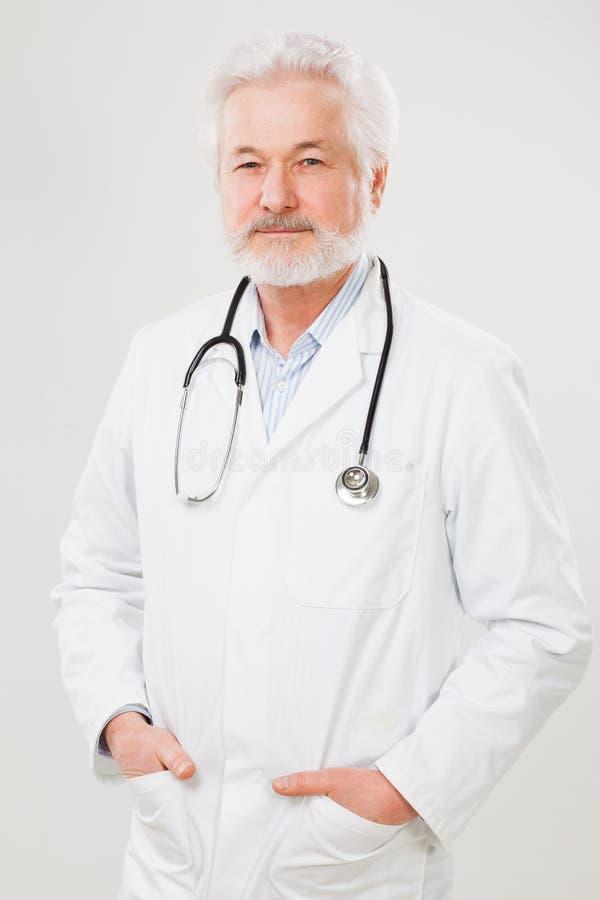 Красивый пожилой доктор в форме стоковые фото