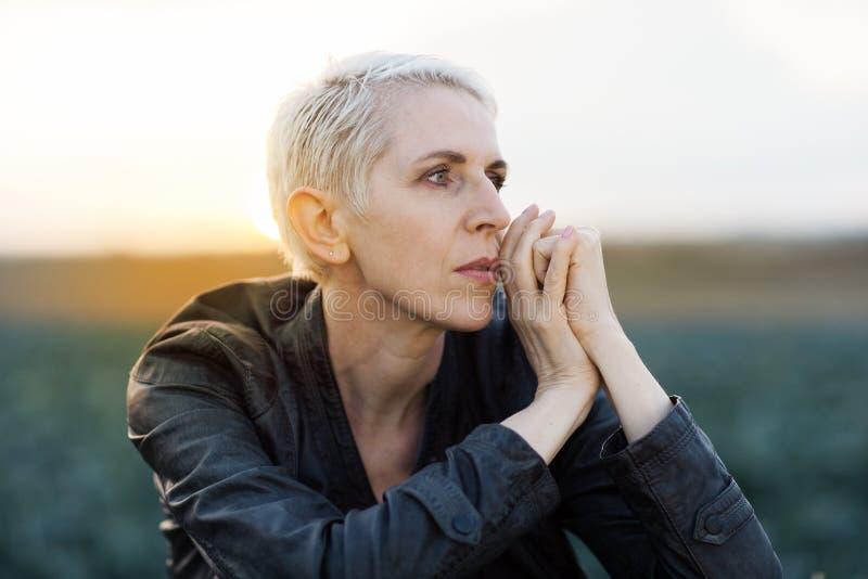 Красивый портрет в солнечном свете вечера, задумчивое настроение женщины стоковое изображение rf