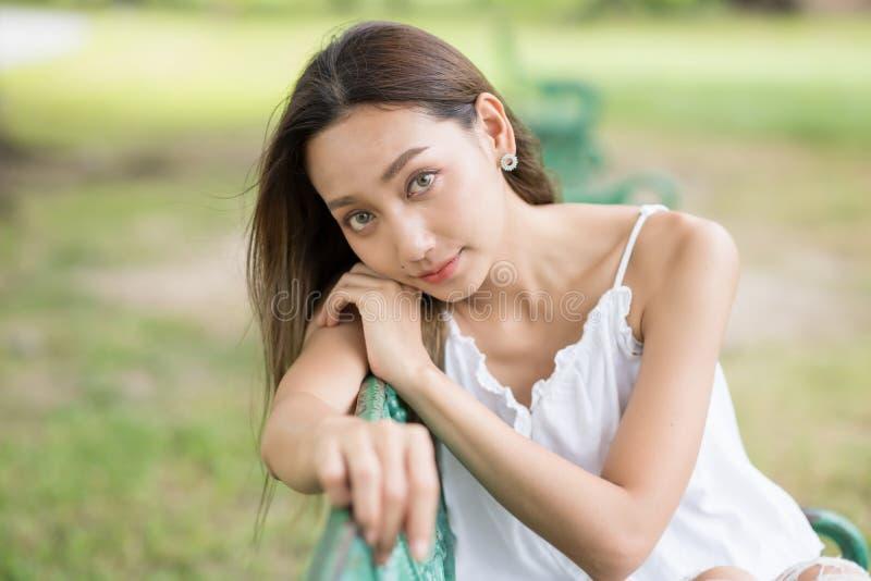 красивый портрет девушки брюнета на парке стоковые изображения rf