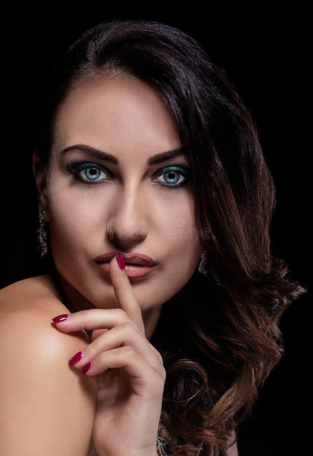 Красивый портрет девушки брюнет на темной предпосылке стоковое изображение rf