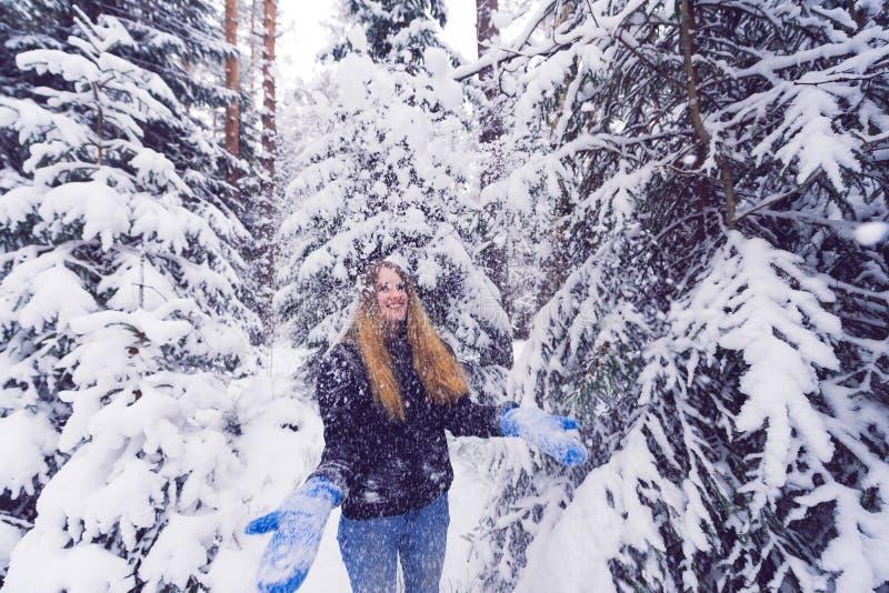 Красивый портрет девушки в женщине леса зимы усмехаясь играя в снеге стоковые фотографии rf