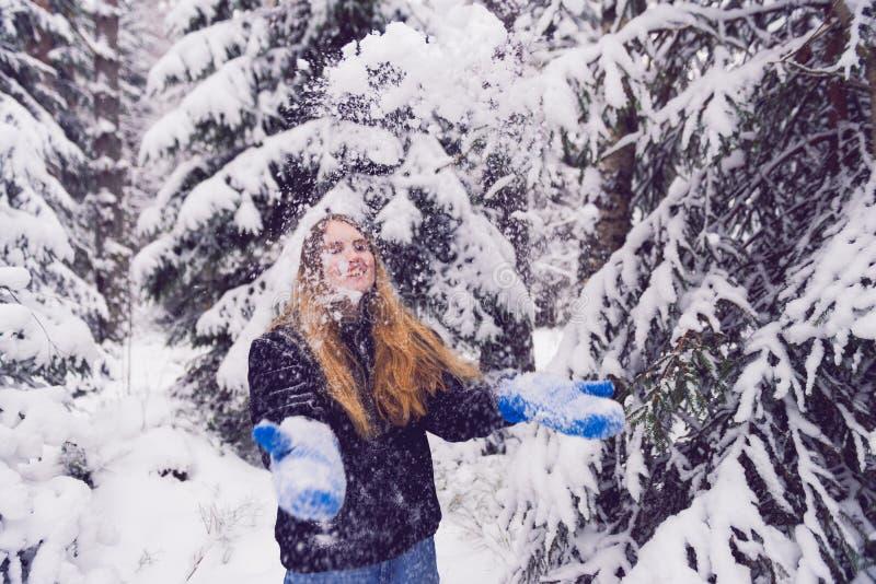 Красивый портрет девушки в женщине леса зимы усмехаясь играя в снеге стоковое изображение