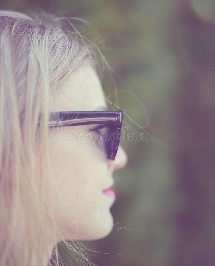 Красивый портрет девушки моды с солнечными очками стоковое изображение rf