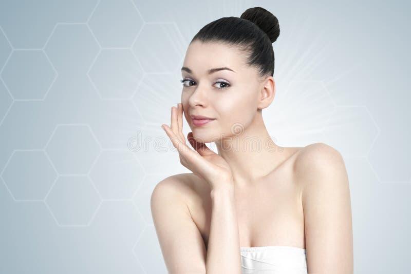 Красивый портрет женщины брюнет - концепция заботы кожи стоковые изображения