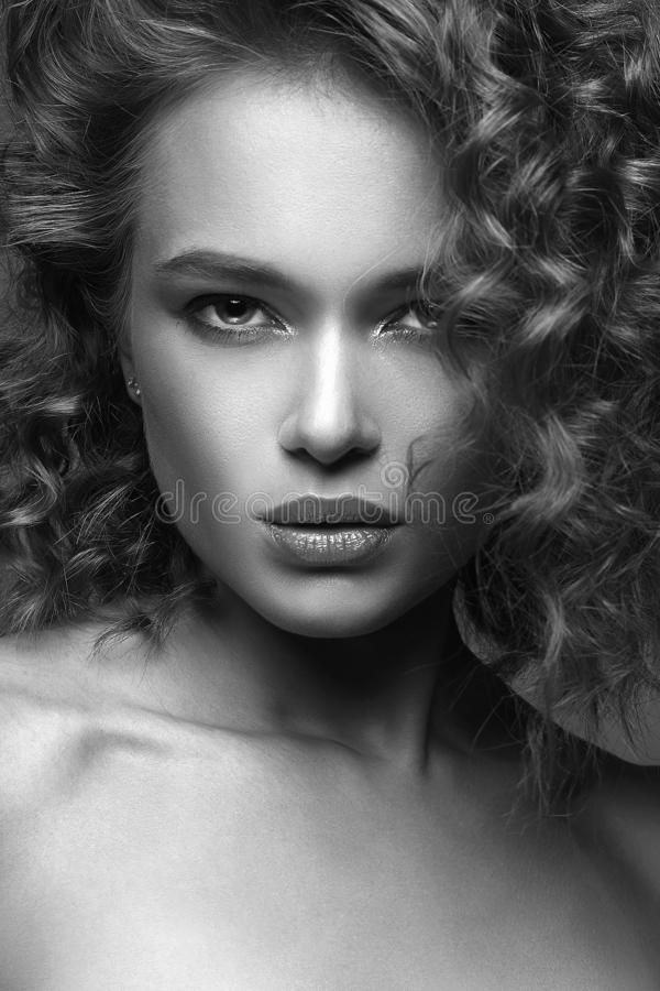 Красивый портрет женщины изумляя курчавая девушка стоковые фотографии rf