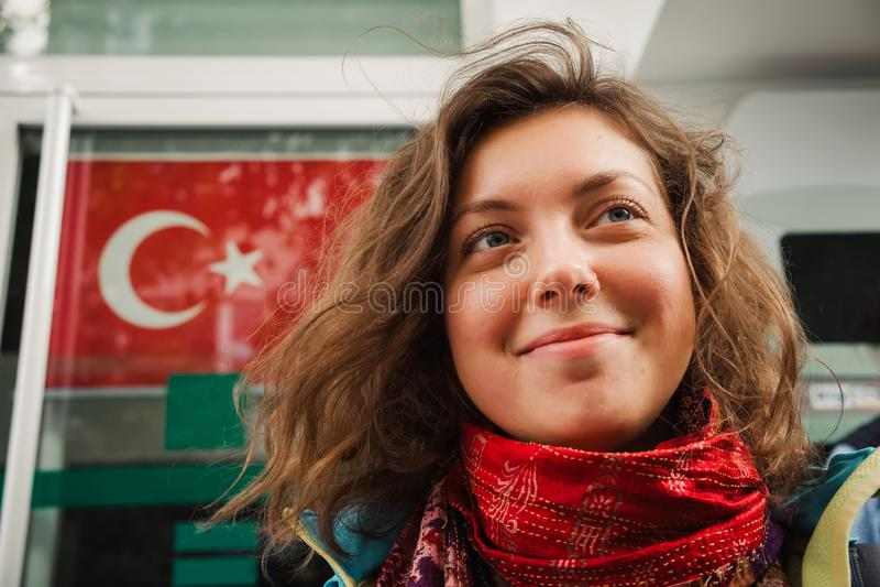 Красивый портрет женщины на турецкой предпосылке флага стоковые фотографии rf