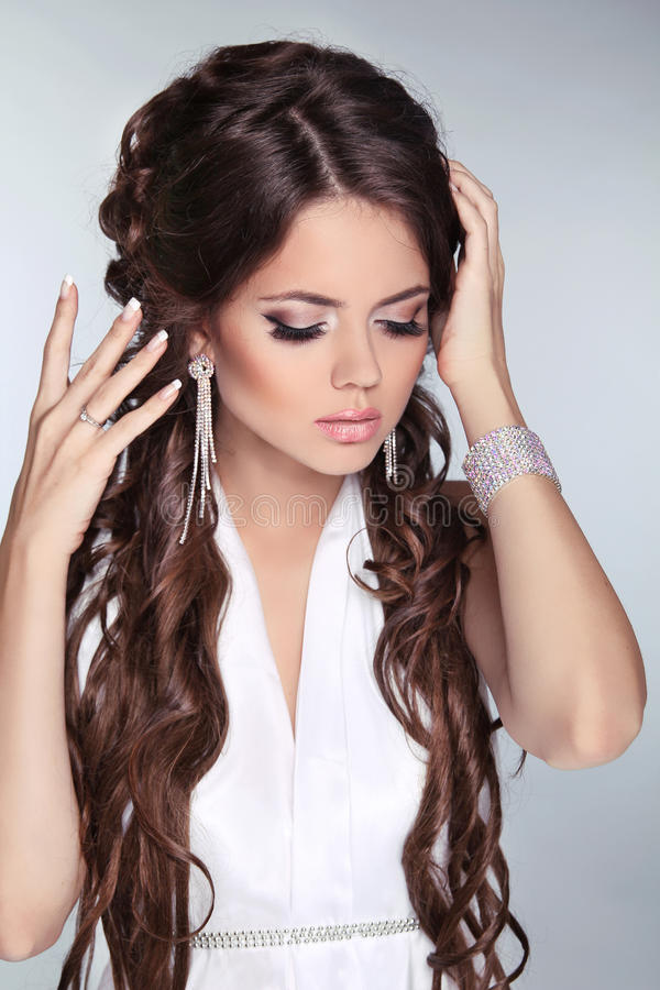 Красивый портрет женщины невесты при длинние волосы нося в белизне стоковые изображения rf