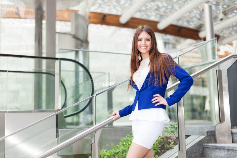 Download Красивый портрет женщины стоковое изображение. изображение насчитывающей предприниматели - 37929651