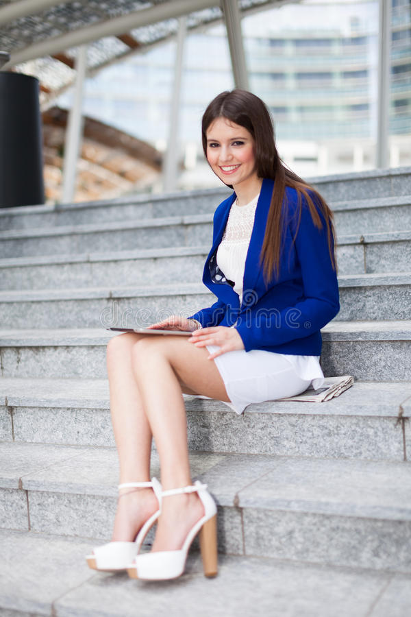 Download Красивый портрет женщины стоковое фото. изображение насчитывающей город - 37929836