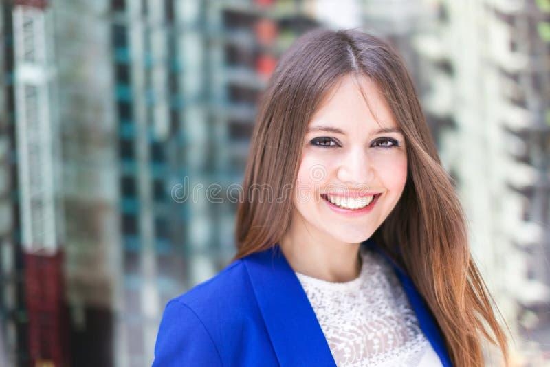 Download Красивый портрет женщины стоковое изображение. изображение насчитывающей дело - 37929899