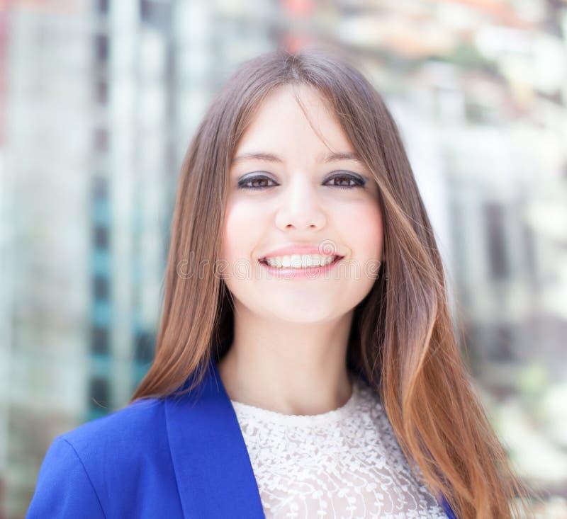 Download Красивый портрет женщины стоковое изображение. изображение насчитывающей радостно - 37929915