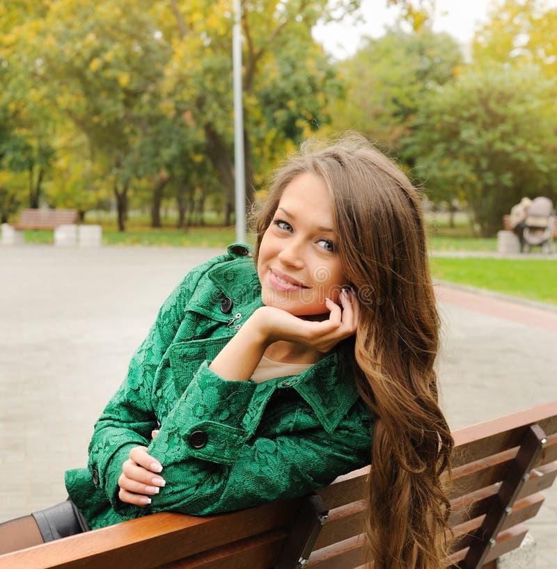Красивый портрет женщины yound одел в изумрудно-зеленом пальто стоковое изображение rf