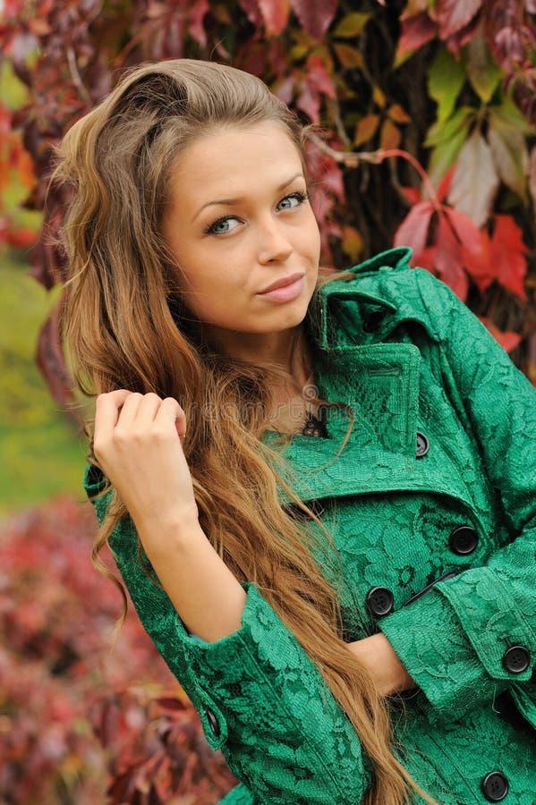 Красивый портрет женщины yound одел в изумрудно-зеленом пальто стоковые фотографии rf
