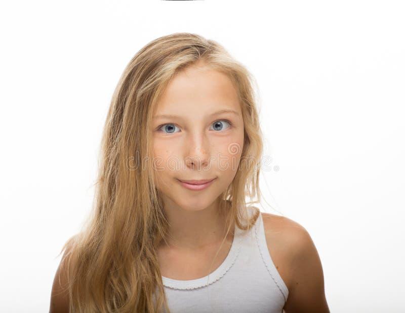 Красивый портрет маленькой девочки с длинными белокурыми волосами, белой предпосылкой стоковая фотография rf