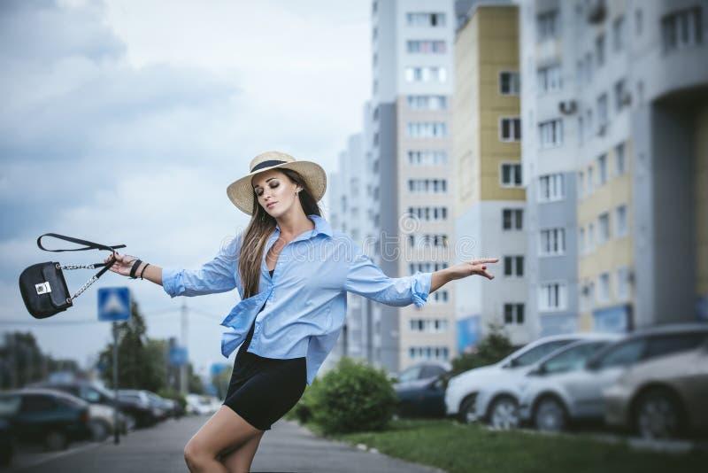 Красивый портрет модной женщины на улице с сумкой стоковое изображение