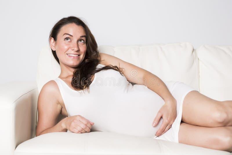 Красивый портрет молодой беременной женщины стоковая фотография rf