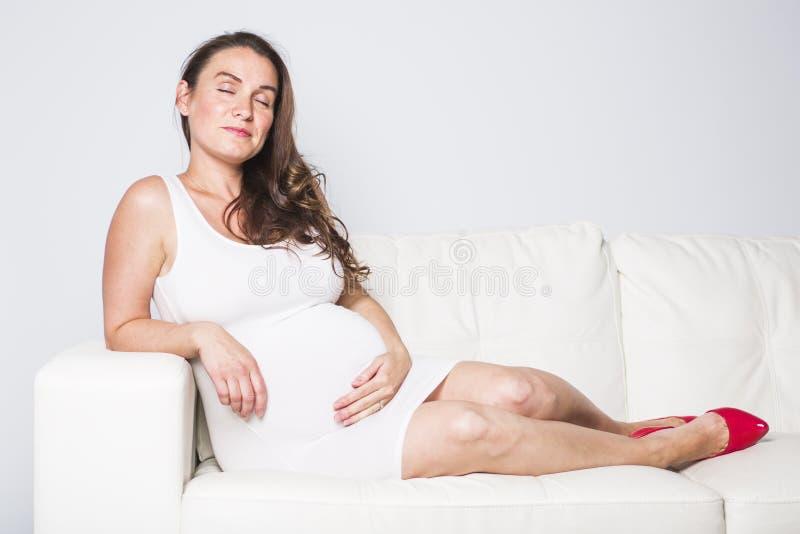 Красивый портрет молодой беременной женщины стоковые фотографии rf
