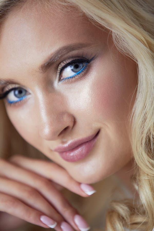 Красивый портрет молодой женщины, сидя в офисе стоковые фотографии rf