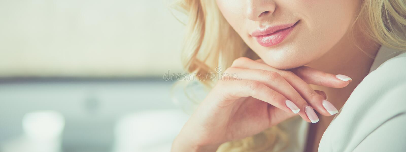 Красивый портрет молодой женщины, сидя в офисе стоковое фото rf